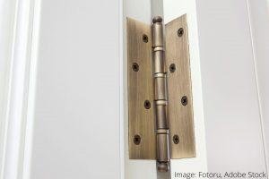 כיצד לנקות ולהגן על צירי דלתות