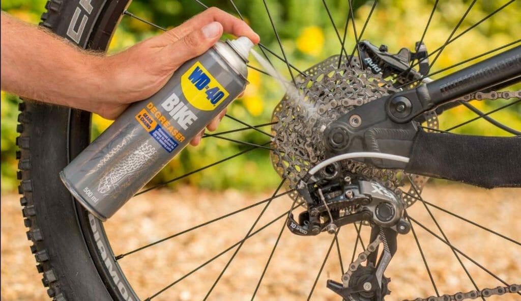 ניקוי שרשרת האופניים עם WD40
