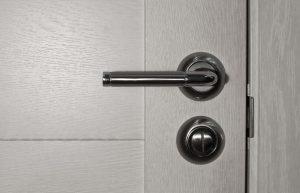 כיצד לנקות בקלות את ידיות הדלתות